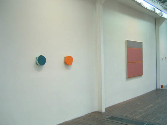 BEECH John, Rotating painting n°168 (teal), plexiglas, émail, 2005 ; Rotating painting n°148 (orange), plexiglas, émail, 2003<br />
