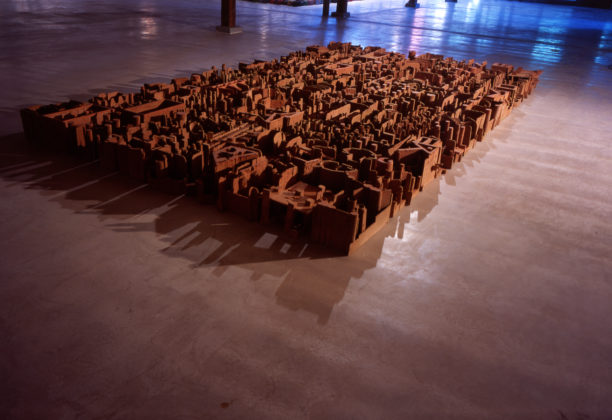 Mes ruines, 2001, Plâtre polyester, 23 x 550 x 350 cm