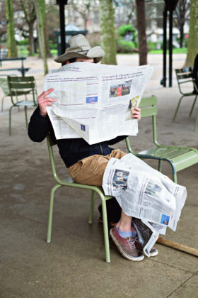 Paulien Oltheten, Reading the news, c-print,. Paris 2016